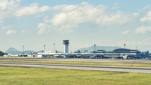 【香川県 高松市】さぬきこどもの国からみる高松空港の写真素材 [FYI04953106]
