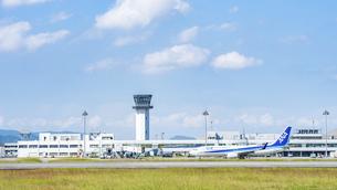 【香川県 高松市】さぬきこどもの国からみる高松空港の写真素材 [FYI04953196]
