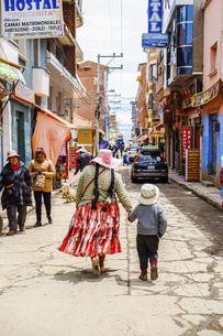 ボリビアの小さな町の街角風景の写真素材 [FYI04953326]