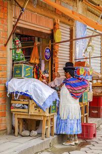 ボリビアの小さな町で買い物する地元民の写真素材 [FYI04953327]