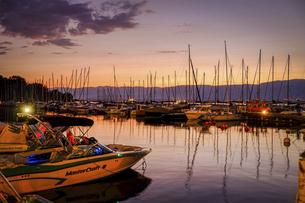 フランスの美しい村イヴォワール、マジックアワーのレマン湖の写真素材 [FYI04953329]