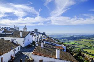 ポルトガルの白い村モンサラーシュと田園風景の写真素材 [FYI04953330]