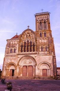 フランス、ブルゴーニュ地方の美しい村ヴェズレーにある世界遺産の教会の写真素材 [FYI04953334]