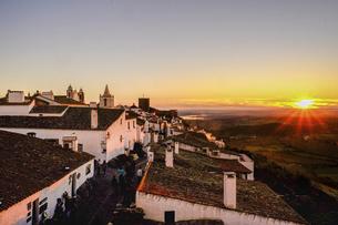 ポルトガルの白い村モンサラーシュに沈む夕陽の写真素材 [FYI04953336]
