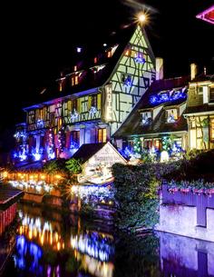 フランス、コルマールのクリスマスイルミネーションの写真素材 [FYI04953337]