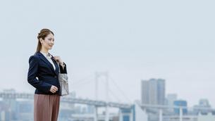 活躍する女性のイメージ(通勤・フレックス・時間差通勤)の写真素材 [FYI04953636]