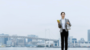 スマートフォンを持つ女性(活躍する女性のイメージ)の写真素材 [FYI04953639]