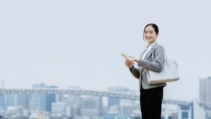 スマートフォンを持つ女性(活躍する女性のイメージ)の写真素材 [FYI04953649]