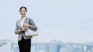通勤する女性(仕事・働く・活躍)の写真素材 [FYI04953654]