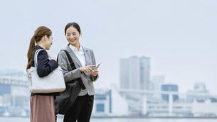 スマートフォンを持つ女性(活躍する女性のイメージ)の写真素材 [FYI04953681]