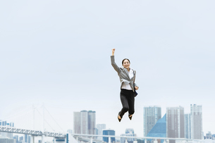 活躍する女性のイメージ(ビジネス・ジャンプ・成功)の写真素材 [FYI04953687]