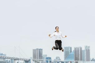 活躍する女性のイメージ(ビジネス・ジャンプ・成功)の写真素材 [FYI04953688]
