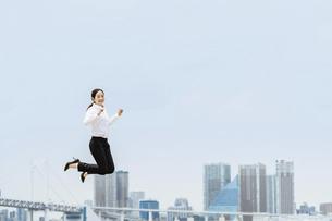 活躍する女性のイメージ(ビジネス・ジャンプ・成功)の写真素材 [FYI04953689]