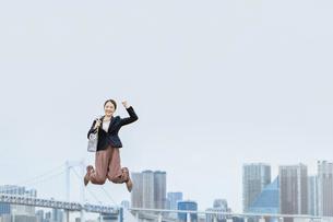 活躍する女性のイメージ(ビジネス・ジャンプ・成功)の写真素材 [FYI04953690]