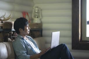 パソコンを見る男性の写真素材 [FYI04954286]