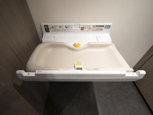 公衆トイレのベビーシート 東京都の写真素材 [FYI04954494]