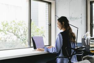 働く女性(自宅・テレワーク・オフィス)の写真素材 [FYI04954832]