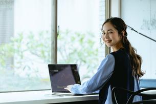 働く女性(自宅・テレワーク・オフィス)の写真素材 [FYI04954836]