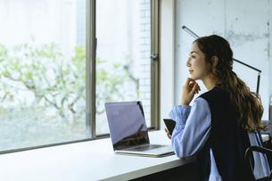 働く女性(自宅・テレワーク・オフィス)の写真素材 [FYI04954839]