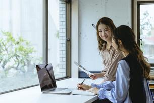女性2人のオフィス(スタートアップ・起業)の写真素材 [FYI04954863]