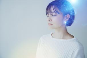 白い空間でリラックスする女性の爽やかなイメージグラフィックスの写真素材 [FYI04955232]