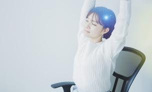 白い空間でリラックスする女性の爽やかなイメージグラフィックスの写真素材 [FYI04955239]