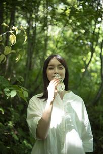 ミネラルウォーターを飲む女性の写真素材 [FYI04955317]