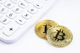 【仮想通貨】ビットコインと電卓 背景素材の写真素材 [FYI04955421]