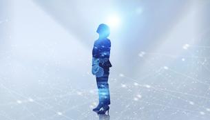 白い背景とグローバルなサイバーイメージ空間に佇む女性のエレクトロニクス系シルエット画像の写真素材 [FYI04955644]