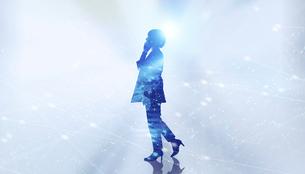 白い背景とグローバルなサイバーイメージ空間に佇む女性のエレクトロニクス系シルエット画像の写真素材 [FYI04955645]