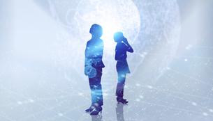 白い背景とグローバルなサイバーイメージ空間に佇む女性のエレクトロニクス系シルエット画像の写真素材 [FYI04955650]