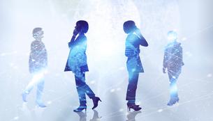 白い背景とグローバルなサイバーイメージ空間に佇む女性のエレクトロニクス系シルエット画像の写真素材 [FYI04955652]