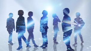 白い背景とグローバルなサイバーイメージ空間に佇む女性のエレクトロニクス系シルエット画像の写真素材 [FYI04955654]