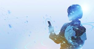 白い背景とグローバルなサイバーイメージ空間に佇む女性のエレクトロニクス系シルエット画像の写真素材 [FYI04955657]