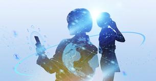 白い背景とグローバルなサイバーイメージ空間に佇む女性のエレクトロニクス系シルエット画像の写真素材 [FYI04955658]