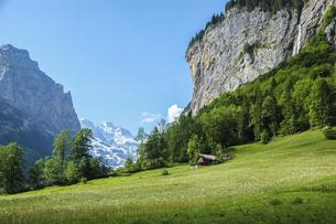 スイス、ラウターブルンネンの大自然の中に佇む家の写真素材 [FYI04955926]