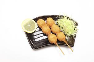 黒い皿に盛り付けたうずら卵の串揚げの写真素材 [FYI04955937]