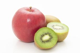 りんごとキウイフルーツの写真素材 [FYI04955957]