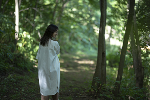 森の中の女性の写真素材 [FYI04956076]