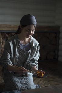かぼちゃを盛り付ける女性の写真素材 [FYI04956161]