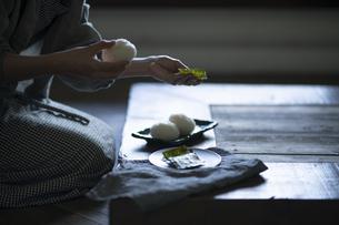 おにぎりを作る女性の写真素材 [FYI04956169]