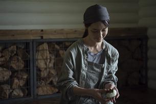 おにぎりを作る女性の写真素材 [FYI04956171]