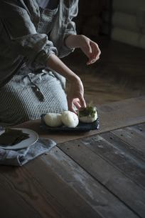おにぎりを作る女性の写真素材 [FYI04956172]
