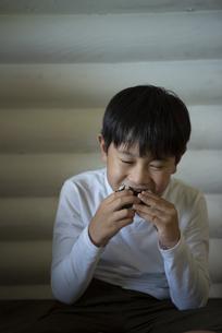 おにぎりを食べる子供の写真素材 [FYI04956177]