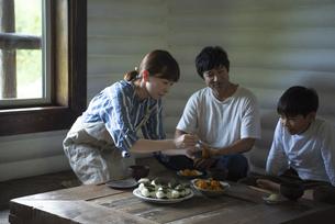 田舎暮らしの食卓の写真素材 [FYI04956181]