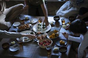 田舎暮らしの食卓の写真素材 [FYI04956308]