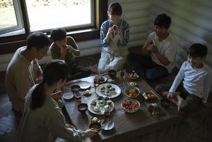 田舎暮らしの食卓の写真素材 [FYI04956310]