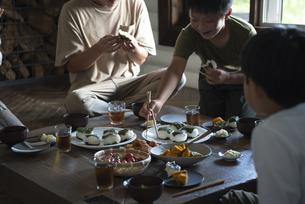 田舎暮らしの食卓の写真素材 [FYI04956314]