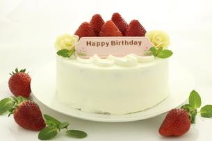 苺と生クリームのバースデーケーキの写真素材 [FYI04956431]