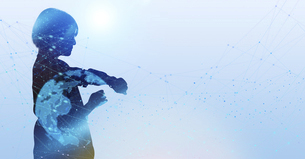 白い背景とグローバルなサイバーイメージ空間に佇む女性のエレクトロニクス系シルエット画像の写真素材 [FYI04956443]